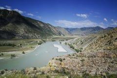 山河谷全景风景 蓝色覆盖天空 免版税库存图片