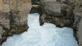山河迅速小河在冰岛,跑在黑峭壁之间自白天 股票视频