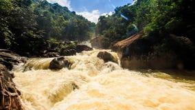 山河风雨如磐的小河在岩石绿色倾斜中的 影视素材