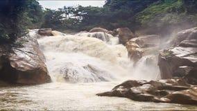 山河风雨如磐的小河瀑布在岩石中的 影视素材