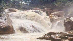 山河风雨如磐的小河瀑布在岩石中的 股票视频