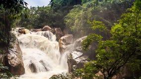 山河风雨如磐的小河瀑布在岩石倾斜中的 股票录像
