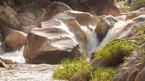 山河风雨如磐的小河瀑布小瀑布在岩石中的 影视素材