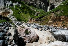 山河,水一条冲的小河在山的 免版税库存照片