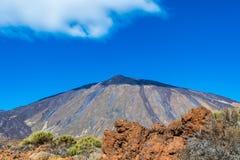 山泰德峰在特内里费岛在与一个阴影的一个晴天在t 免版税库存照片