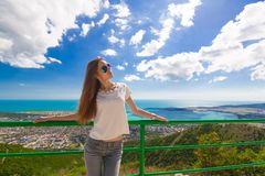 山海夏天 牛仔裤和T恤杉,太阳镜 免版税库存图片