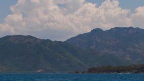 山海岸线看法从漂移的小船的 影视素材