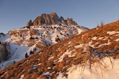 山温暖点燃由早晨太阳 免版税库存照片