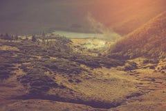 山湖和游人阵营的看法在他附近的 免版税库存照片