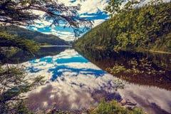 山湖的岩石岸 库存照片