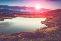 山湖的看法在晚上 免版税图库摄影
