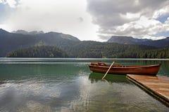 山湖的码头边 库存图片