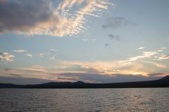 山湖Zyuratkul的海岸在晚上 免版税库存照片