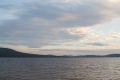 山湖Zyuratkul的海岸在晚上 库存照片