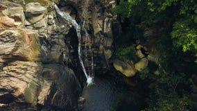 山瀑布和岩石河雨林鸟瞰图的 流程石瀑布小瀑布的山河在热带 股票录像