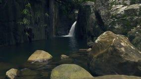 山瀑布在雨林从流动在大石头的瀑布的小河水中在河 股票视频