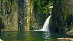 山瀑布在雨林从流动在大石头的瀑布的小河水中在河 股票录像