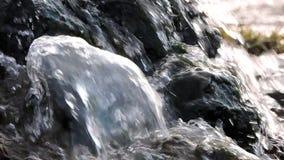 山瀑布,小河,河 水在阳光下飞溅在石头 股票视频