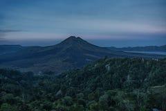 山火山Batur的剪影在背景夜空的与星 免版税库存照片
