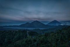 山火山Batur的剪影在背景夜空的与星 库存照片