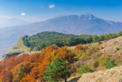 从山牧场地Demerdzhi的看法向Chatyr-Dah多山断层块 库存照片