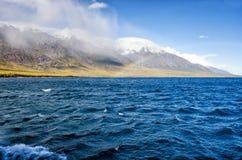 山环境美化与在淡色的彩虹多云天空您的设计的 浪漫海景-海边视图与 库存图片