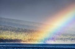 山环境美化与在淡色的彩虹多云天空您的设计的 浪漫海景-海边视图与 免版税库存图片