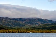 山环境美化在日出-在淡色的多云天空您的设计的 浪漫海景-海边视图与 免版税库存照片
