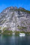 山环境美化有一座庄严山的看法从Geiranger海湾的在夏天 免版税图库摄影