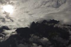 山现出轮廓与云彩 免版税库存照片
