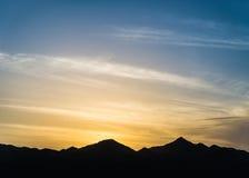 山现出轮廓在日落 免版税图库摄影