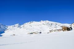 山瑞士山中的牧人小屋和多雪的山峰 库存图片