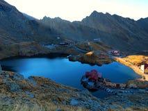 山瑞士山中的牧人小屋和湖视图 库存图片