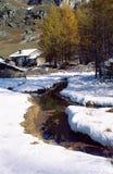 山瑞士山中的牧人小屋和雪,开胃菜,法国 库存图片