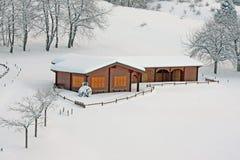 山瑞士山中的牧人小屋在阿尔卑斯在意大利 库存照片