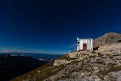 山瑞士山中的牧人小屋夜 免版税库存照片