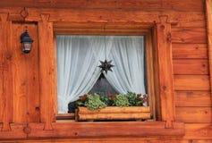 山瑞士山中的牧人小屋视窗详细资料 库存图片