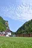 山瑞士山中的牧人小屋 库存图片