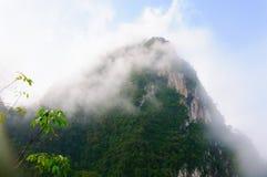 在雾的山 免版税库存照片