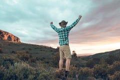 山的一个人与一个正面姿态 免版税图库摄影