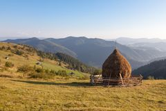 山的一个干草堆 免版税库存图片