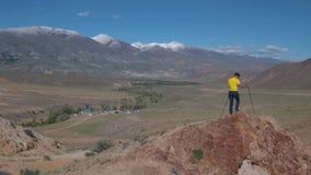 山的一个旅客攀登依靠瑞典棍子的岩石 影视素材