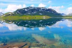 山的一个湖 免版税库存图片