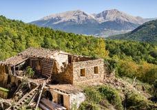 山的一个被破坏的倾斜的老被放弃的房子在希腊 库存照片