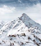 山的上面反对多云天空的 高山横向 图库摄影