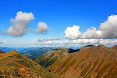 山的上面在云彩的 免版税库存照片