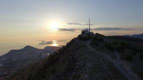 山的上面的鸟瞰图在杜布罗夫尼克上的日落的 股票视频