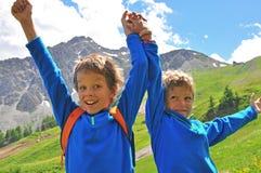 山的两个微笑的男孩 库存图片