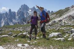 山的两个远足者 免版税库存照片