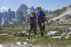 山的两个远足者 库存照片